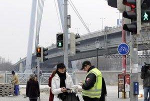 Policajti pred týždňom kontrolovali a pokutovali chodcov na kritických miestach, napríklad pri Novom moste.