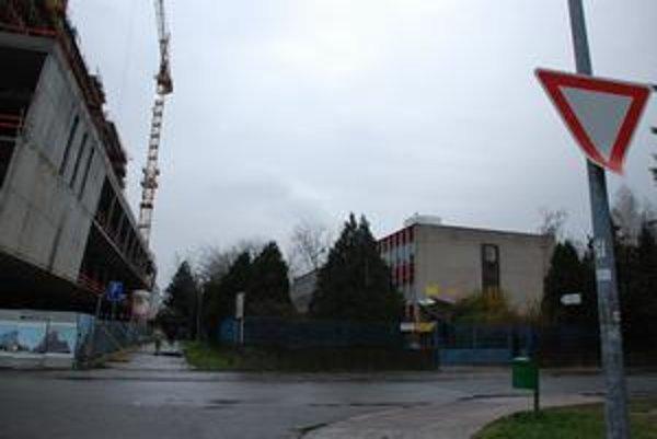Spoločenský dom Trávniky susedí s medializovanou stavbou Retro, ktorú sa investor snaží opätovne zvyšovať. O pozemky pod spoločenským domom, ktorý roky nikto neopravoval, sa mesto súdi.