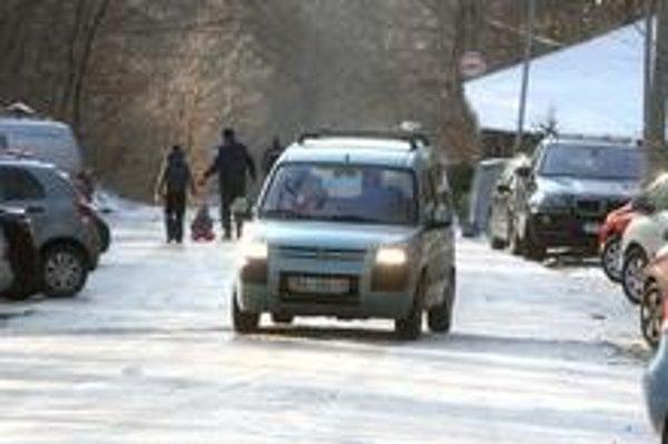 Hornú časť cesty na Kolibu pokrýval ľad. Autá sa šmýkali,  deti využívali povrch na sánkovanie a bobovanie.