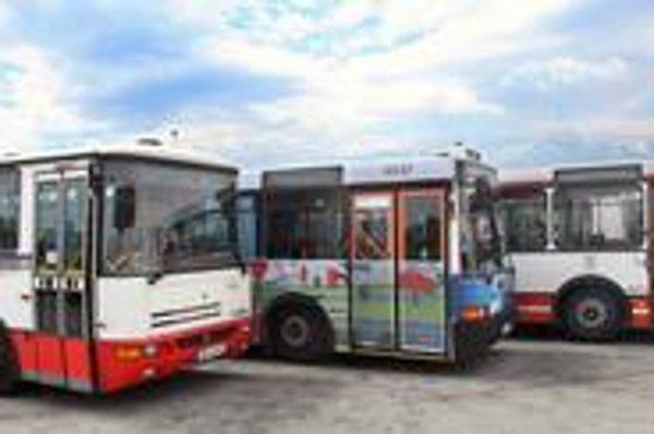 Do ulíc by mali konečne prísť nové  autobusy z prvého tendra na kĺbové vozidlá. Mnohé jazdia po  životnosti. Dopravný podnik uvažuje, že tretí tender nebude. Chýbajú peniaze.