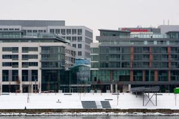 Eurovea je hotová, otvoria ju v marci. Ako bude vyzerať program, ešte investor nechce zverejniť. Zatiaľ otvorenie v meste pripomínajú len plagáty s prvkom značky.