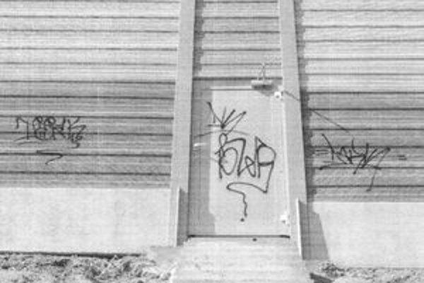 """Protihlukovú stenu takto """"ozdobil"""" neznámy páchateľ."""
