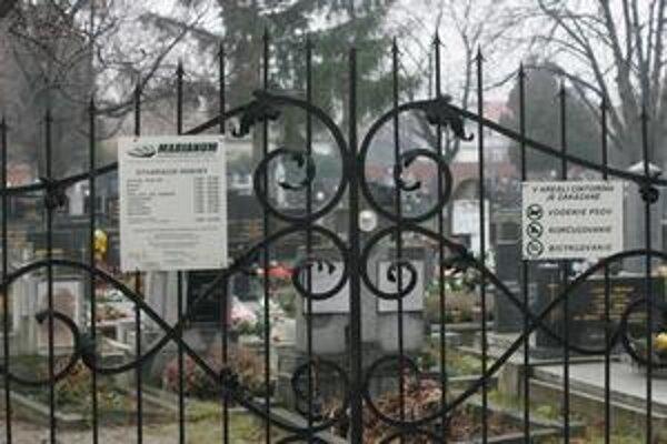 V Bratislave spravuje väčšinu cintorínov mestská spoločnosť Marianum. Tá už dostala v minulosti pokutu od Protimonopolného úradu za neopodstatnené účtovanie niektorých služieb.
