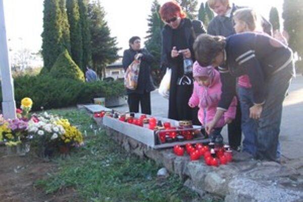 Sviečky prišli na cintoríny zapáliť aj tí najmenší.