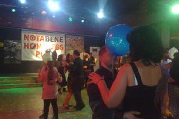 Predajcovia časopisu Nota Bene sa na parkete zabávali spoločenskými hrami.