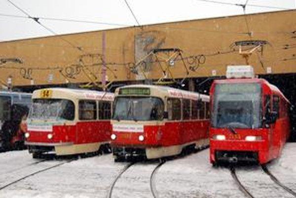"""Kádvojky (vľavo) postupne nahradil typ K2S (vpravo). Posledná """"kačica"""" premávala po Bratislave v nedeľu."""