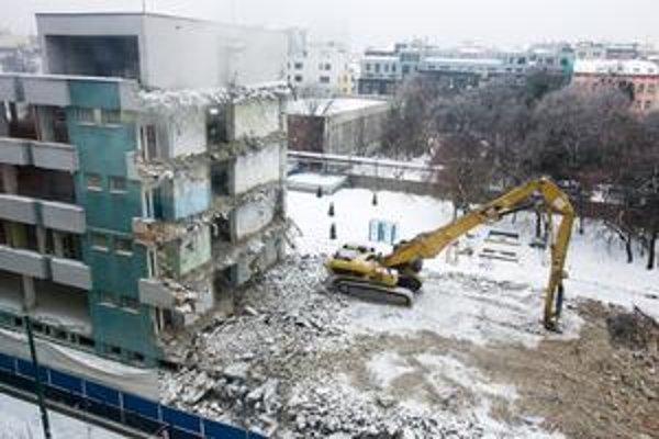 Stavebné, rekonštrukčné a udržiavacie práce upravuje nariadenie mestskej časti. V Starom Meste môže stavba fungovať cez pracovné dni od 8.00 do 18.00, v sobotu do 13.00. Na Cintorínskej potrvá stavebný hluk najmenej do konca roku 2011.