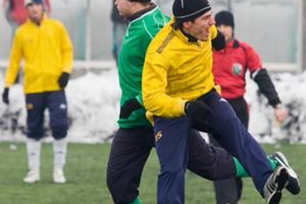 Hráči Kalinkova (v žltom) v 4. kole VII. ročníka Zimného turnaja Bratislavského futbalového zväzu zdolali FK Dúbravka 3:1 a posunuli sa na tretie miesto v B-skupine.