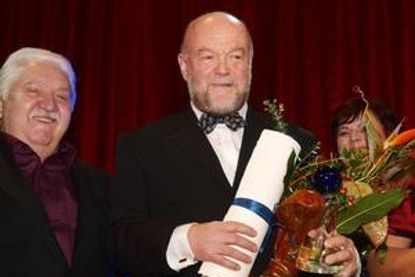 Lipa (vpravo) s členom čestnej rady ocenenia Mariánom Labudom (vľavo).