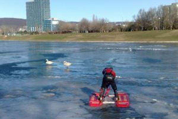 Záchranný pontón má dva plaváky a plochu dva metre štvorcové. Pomôcť má pri vyťahovaní ľudí, ktorí sa prepadli na ľade.