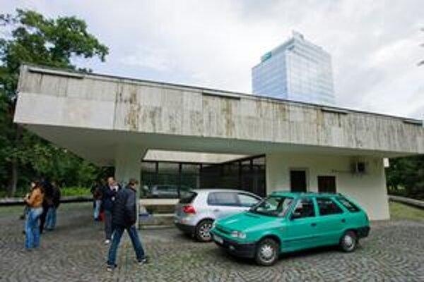 Pred masážnym salónom Messalina Club zbierali aktivisti podpisy pod petíciu za jeho zrušenie aj vlani v máji.