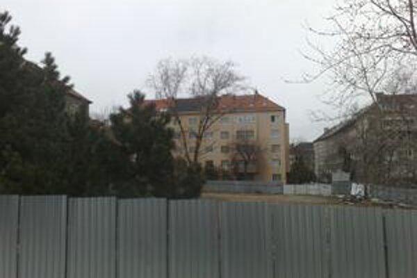 Pozemok niekdajšieho parku investor schoval za vysoký plot.  Stavebník stromy rúbal minulý rok v marci, nahradiť ich má polyfunkčný objekt.