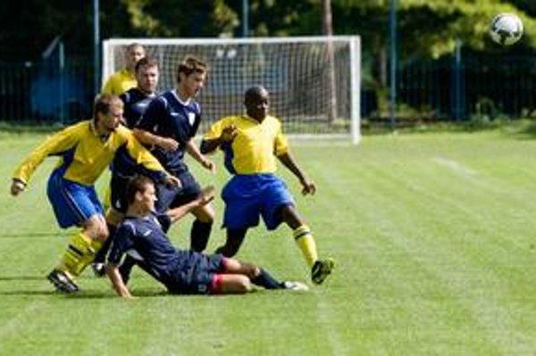 Cez víkend štartujú regionálne futbalové súťaže. Hráči FC Ružinov (v žltom) nastúpia na prvý duel odvetnej časti ročníka 2009/2010 v treťoligovom súboji na ihrisku Čunova.