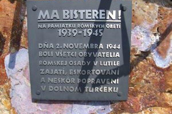Tabuľa na pamätníku obetiam holokaustu v Lutile.