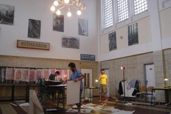 Čakáreň železničnej stanice v Banskej Štiavnici sa zmenila na ateliér.