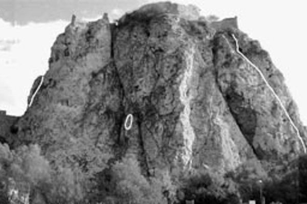 Na fotografii sú vyznačené skalné bloky, ktoré patria ku kritickým miestam.