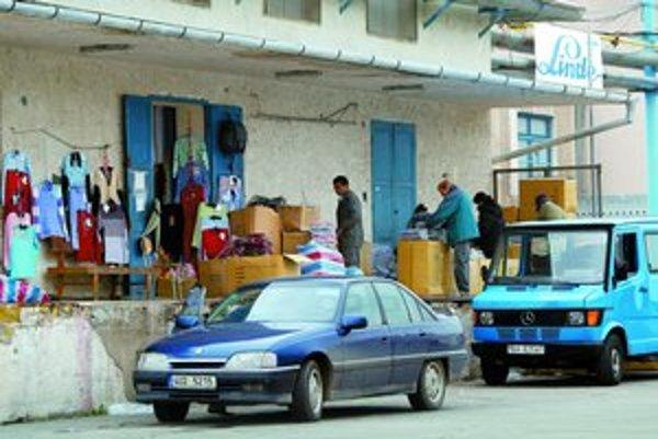 Čínska štvrť na Starej Vajnorskej je štvrťou veľkoskladov. Číňania tu však už majú aj svoju reštauráciu a potraviny. Žijú uzavreto, s cudzími chcú preberať len obchod.