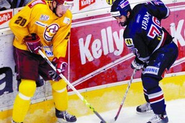 Hokejový Slovan si môže dnes výhrou nad Trenčínom upevniť pozíciu lídra. Na archívnej snímke bojuje o puk Marek Uram (vpravo) s Trenčanom Stanislavom Fatykom.