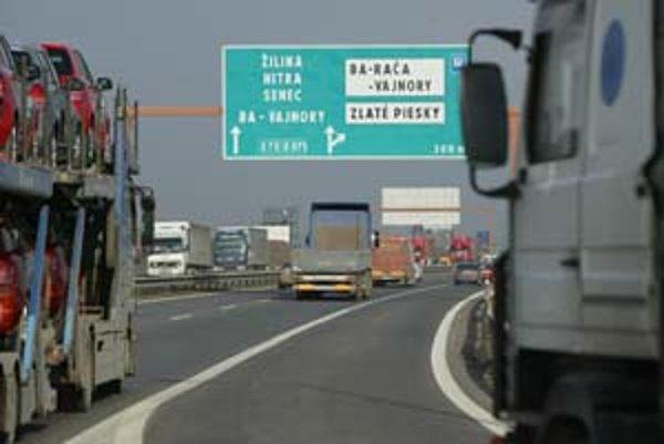 Cestovanie z Bratislavy a do Bratislavy, najmä cez sviatky, pred víkendom a po ňom, je na diaľnici D1 pri Bratislave katastrofálne. Národná diaľničná spoločnosť odhaduje, že už na budúci rok by sa mohla kapacita tohto ťahu naplniť. Riešením je rozšírenie
