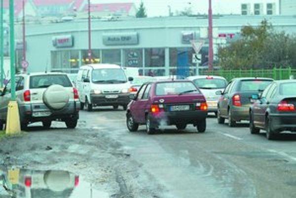 Vodiči, ktorým sa nechce čakať v kolóne na Popradskej, ju obchádzajú v protismere (Favorit a Toyota na snímke). Autu, čo ide oproti, sa vyhýbajú na okraji cesty. Pri takom manévri vošlo auto do prístrešku zastávky či skoro zrazilo chlapca, ktorý vychádz