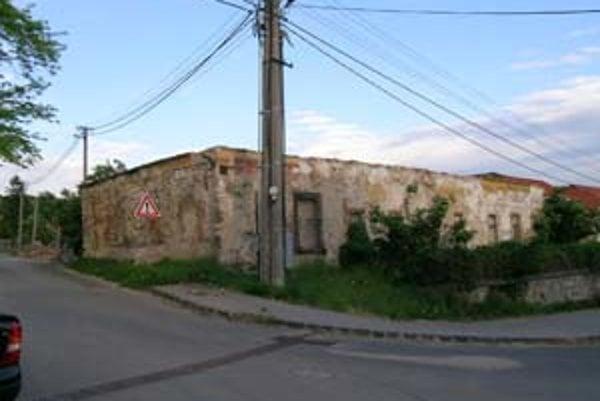 Stále viac pamiatkovo chránených objektov sa stáva predmetom sporu. Zaradila sa medzi ne aj – teraz už polozrúcaná – stredoveká fara v Devíne.