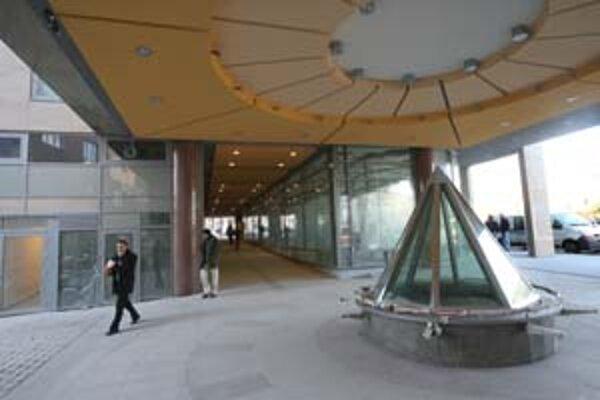 Parter Astorie je už priechodný, zatiaľ však nie je otvorené prepojenie s podchodom. Práce v okolí budovy ešte pokračujú.