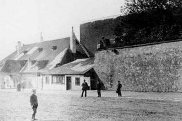 Kollárovo námestie sa pred prvou svetovou vojnou nazývalo Obilný trh. Vzniklo ako priestor za vonkajším opevňovacím valom. Na nároží stála štyri metre vysoká bašta opevnenia.