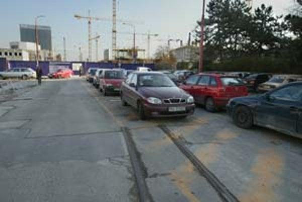 V blízkosti rozostavanej nábrežnej zóny Eurovea na Pribinovej ulici sú nefunkčné električkové koľaje, ktoré vedú na Šafárikovo námestie. Sú na miestach bývalej vozovne, ktorá musela ustúpiť zástavbe a trať do nej sa stala zbytočnou. Definitívne zanikne, r