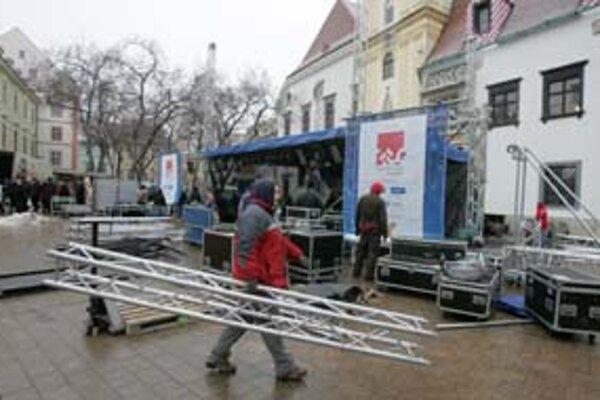 Včera už na Hlavnom námestí pripravovali pódium pre silvestrovský program.