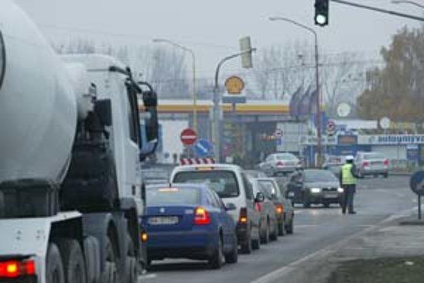 Kolóny, ktoré sa zastavia aj pri najmenšej nehode, sú na výpadovke na juh Slovenska dennou realitou.