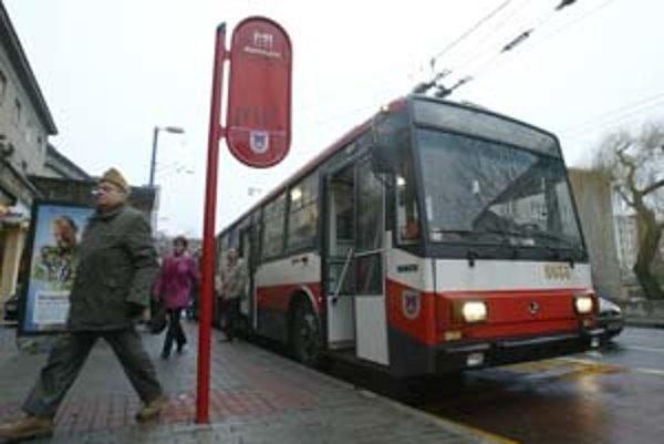 Na viacerých zastávkach nie sú smetné koše. Inštaluje ich dopravný podnik, ale nie je to jeho povinnosť.