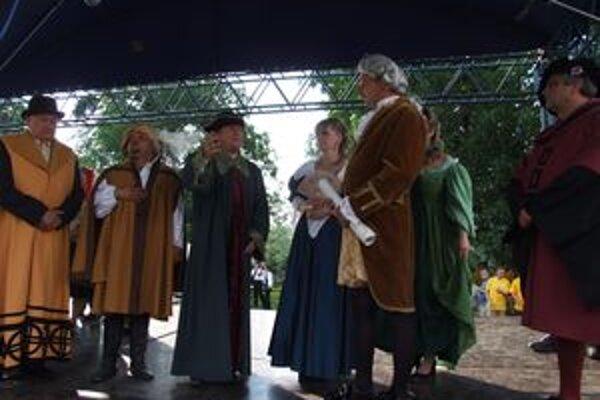 Kráľa Ferdinanda vítali domáci na čele s richtárom.