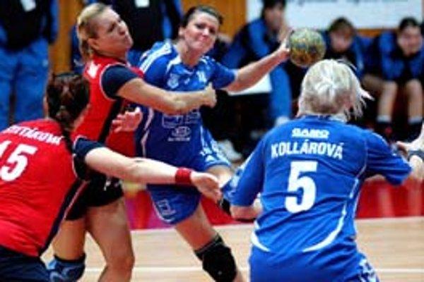 Hádzanárky ŠKP Bratislava čaká zajtra ligový súboj proti Michalovciam. Na snímke zo zápasu s ŠKP Banská Bystrica bojujú o loptu zľava Petra Štetáková a Tatiana Madárová.