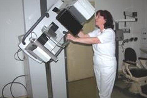 V minulom týždni na tomto mamografe odhalili štyri karcinómy. Ide skôr o výnimku, lebo sú mesiace, kedy nezaznamenajú ani jeden pozitívny nález. Laborantka Beáta Krnčoková nám ochotne predviedla použitie prístroja.