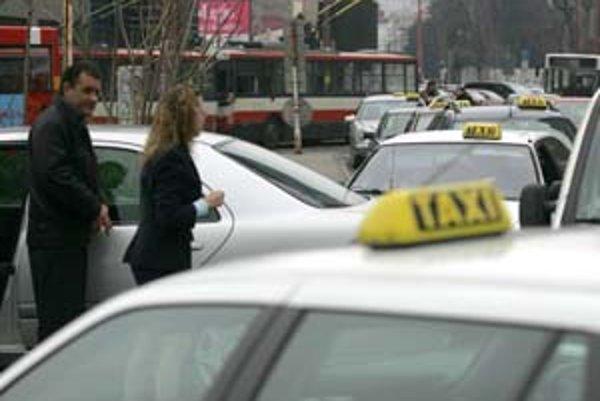 V meste je asi 30 taxislužieb. Odhaduje sa, že takto si zarába asi dvetisíc ľudí.