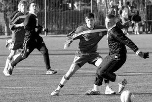 Zimný turnaj BFZ seniorov pokračoval stretnutiami druhého kola. Prvoligoví dorastenci Slovana (v bledších dresoch) zdolali Štart 3:1.