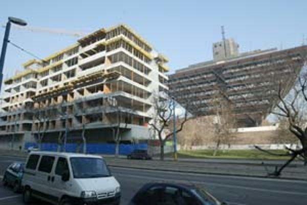 Stavba na rohu Štefanovičovej a Mýtnej má povolenie na sedem nadzemných podlaží, rastie tu však už ôsme. Investorovi za to hrozí pokuta, maximálne do výšky piatich miliónov korún.