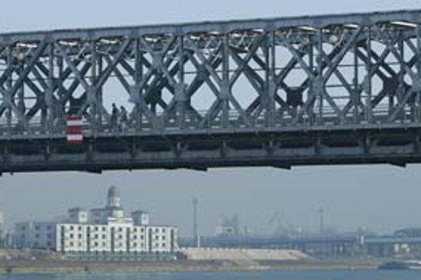 Či bude na moste po rekonštrukcii premávať len električka, alebo tu zostanú aj autá, majú navrhnúť projektanti.