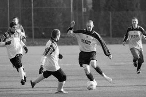 Hráč Trnávky Jakub Kubíček (s loptou) sa snaží prejsť obranou Vajnôr, vpravo jeho spoluhráč Martin Koričanský. Zo zápasu 3. kola Zimného turnaja BFZ Vajnory - Trnávka 1:3.