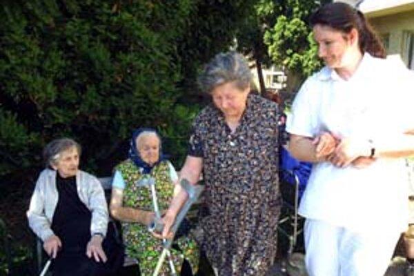 Opatrovateľskú službu, ktorú využívajú starší obyvatelia miest, má od roku 2003 na starosti samospráva.