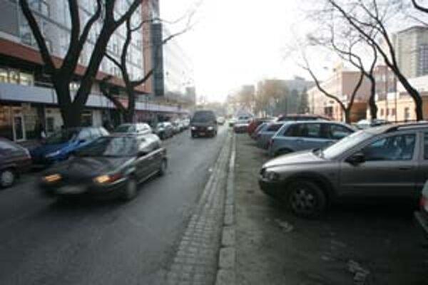 Po Trenčianskej ulici bude viesť cyklotrasa v strednom zelenom pruhu medzi stromami. Jej umiestnenie má pomôcť vyriešiť aj problém s tým, že tu bežne parkujú autá.