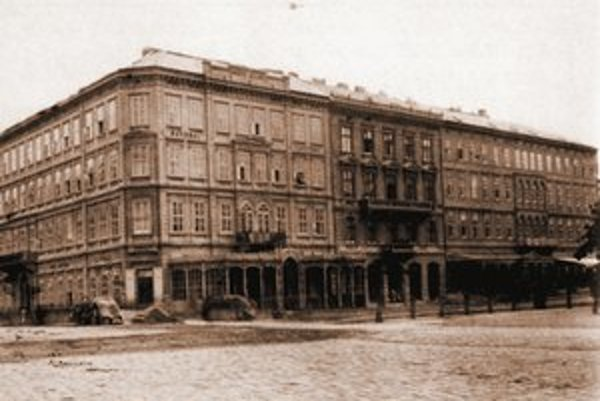 Režisér Dombrovskij bol známy tým, že chodil z hotela Carlton do divadla v pyžame.