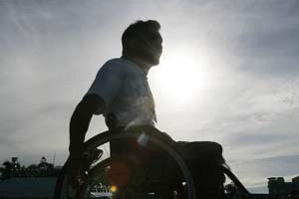 Človek na invalidnom vozíku je pri nastupovaní do vozidiel MHD odkázaný na pomoc ostatných. Dopravný podnik sľubuje zlepšenie po obnove vozového parku.