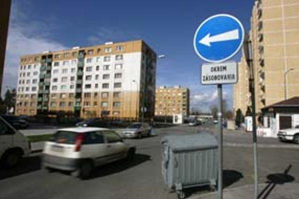 Niektorí obyvatelia Vrakune sa na internetovej stránke mestskej časti sťažujú, že nové jednosmerky problém s parkovaním neriešia, vodiči vraj v uliciach zbytočne krúžia.