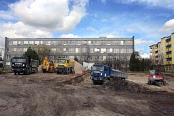 Výstavba hneď vedľa Základnej školy Borodáčova sťažuje vyučovanie.