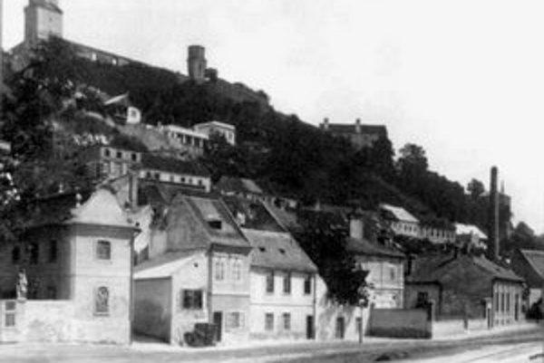 V týchto miestach sa Mária Terézia sánkovala v zime s deťmi z hradného kopca. Večer boli rozmiestnení po trase lokaji s fakľami až dolu po nábrežie. Až potom postavili na tomto mieste štvrť Zuckermandel.