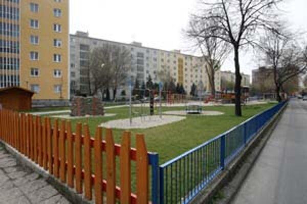 Ihrisko na Martinčekovej stráži počas piatkovej a sobotnej noci súkromná bezpečnostná služba.