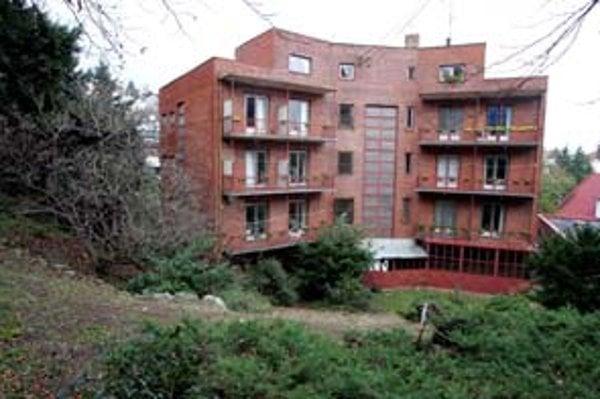 K sanatóriu Koch patrí aj záhrada chránená vysokým stupňom prírodnej ochrany.