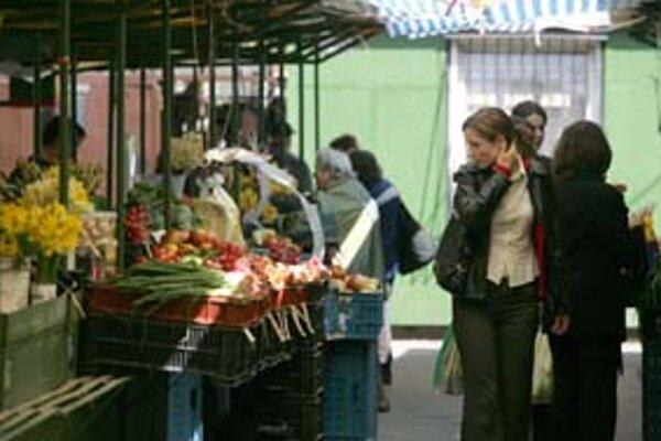 V Starom Meste sú tri trhoviská – trh na Žilinskej (na snímke), na Poľnej ulici pri Medickej záhrade a na Jedlíkovej. Tradičný sortiment sa zachoval už iba na prvých dvoch. Otázne je dokedy, v prípade oboch sa hovorí o zániku.