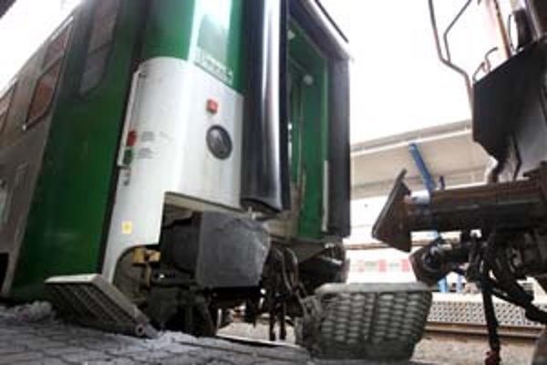 Do zadnej časti rýchlika narazil rušeň s troma vozňami. Rýchlik sa vykoľajil a vrazil do nástupišťa. Poškodený je aj interiér vlaku. Škoda je asi 700tisíc korún.